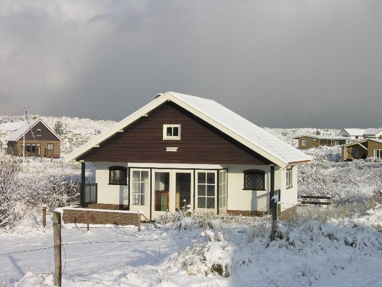 Een Nieuw Huis : Geïsoleerde model van huis met een teken voor verkoop verkocht